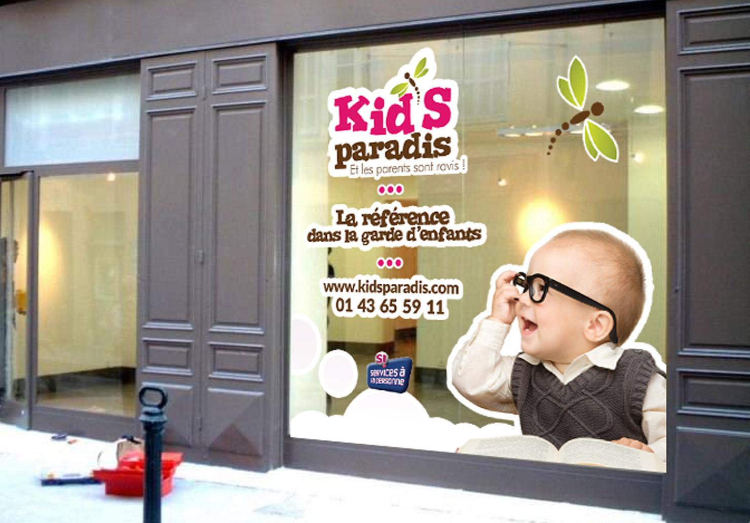 Habillage de vitrine Kid's Paradis - Création de vitrophanie par Emilie Le Béhérec Prima, Graphiste freelance dans le domaine de l'enfance